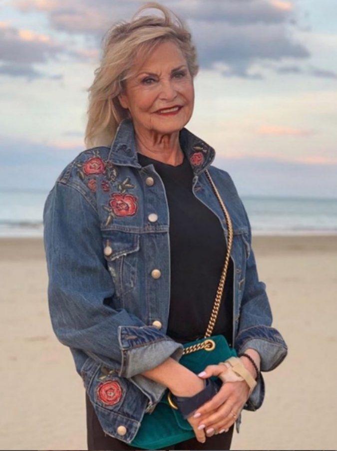 """Simona Ventura pubblica una sua foto invecchiata con FaceApp e avvisa: """"Se mi vestirò ancora così sputatemi addosso"""""""