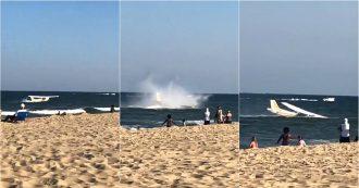 Paura in spiaggia: atterraggio in acqua a pochi metri dalla riva. La scena ripresa dai bagnanti