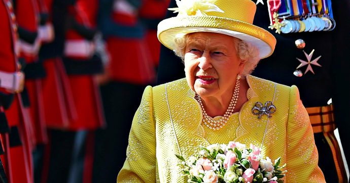 La regina Elisabetta dice basta alle pellicce: da ora in poi solo modelli sintetici ed ecologici