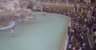 Roma, nella fontana di Trevi vestito da antico romano. Ripescato dal vigile: multa e daspo