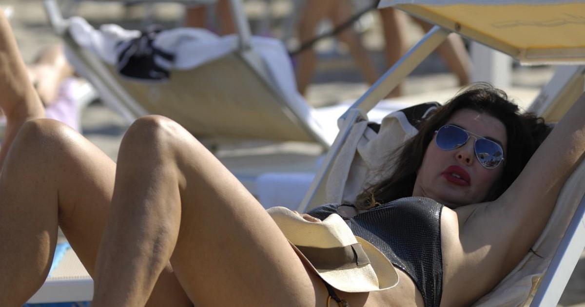Non è legale! Alba Parietti pubblica una foto del seducente figlio della vicina
