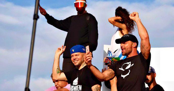 """Porto Rico, in migliaia in piazza contro il presidente: """"Omofobo e corrotto"""". C'è anche Ricky Martin"""
