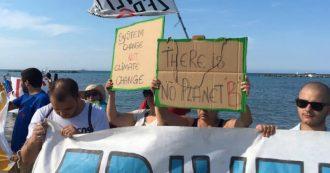 """Grandi opere, la protesta lungo la costa adriatica per la giustizia climatica: """"Per il mare, fuori dal fossile"""""""