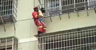 Bambina rimane incastrata tra le grate del balcone al quinto piano: il salvataggio è da brividi