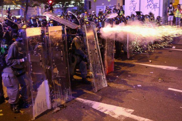 Hong Kong, proiettili di gomma e lacrimogeni contro la folla nel settimo weekend di proteste. Incappucciati ...