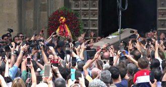 Luciano De Crescenzo, il lungo addio della sua città: la folla grida il suo nome all'uscita della bara