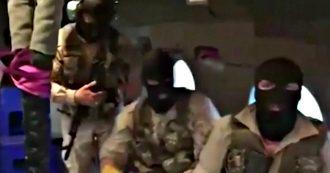 Iran, il momento dell'abbordaggio della petroliera Stena Impero: uomini con il passamontagna si calano da un elicottero