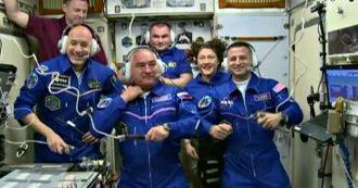 Luca Parmitano, l'astronauta arrivato nella Stazione spaziale internazionale: abbracci con i colleghi. Poi il saluto alla famiglia