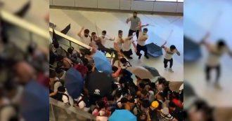"""Hong Kong, uomini armati di bastone aggrediscono manifestanti. La governatrice: """"Atti di vandalismo sono sfida a sovranità nazionale"""""""