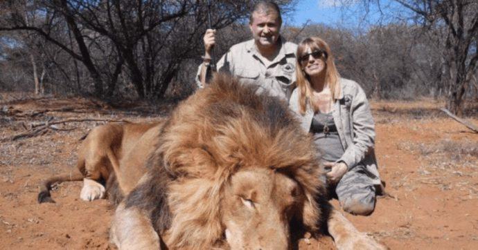 """Cacciatori sorridono davanti al leone ucciso, la figlia attacca il padre: """"Spendere 15 mila euro per sparare a un animale? Sei orribile"""""""