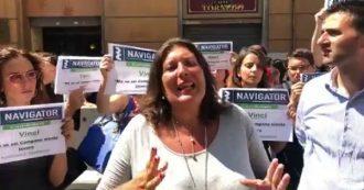 """Napoli, la protesta di navigator e M5s sotto la Regione Campania: """"De Luca firmi la convenzione e ci faccia lavorare"""""""