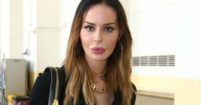 """Nina Moric ferma la diretta social del figlio Carlos e si infuria con gli haters: """"Se fossi in voi mi vergognerei"""""""