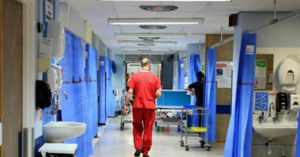 Coronavirus, la sanità italiana definanzata da dieci anni. Tagliati 43mila dipendenti e i posti letto sotto la media Ue. Ecco tutte le criticità
