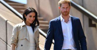 """Harry e Meghan lasciano la famiglia reale: """"Passo indietro, vogliamo lavorare"""". Ma da Buckingham Palace frenano: """"Serve tempo"""""""