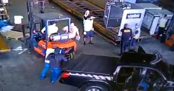 Brasile, la rapina è come ne La Casa di Carta: vestiti da poliziotti entrano in aeroporto a San Paolo e rubano 752 chili d'oro in 150 secondi