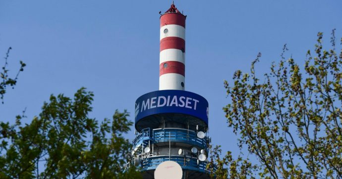 """Mediaset, giornalisti in stato di agitazione e pronti allo sciopero: """"Azienda ritiri il progetto di trasferire 29 colleghi da Roma a Cologno"""""""