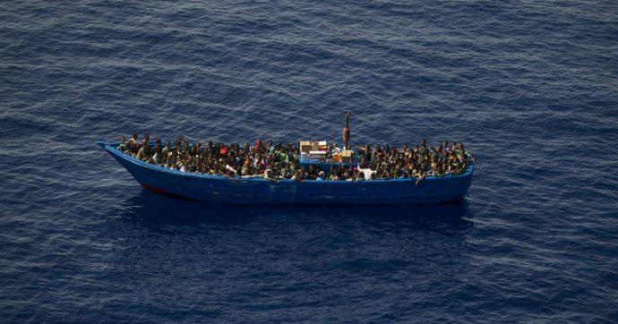 """Migranti, 48 sbarcano a Lampedusa: """"Durante il viaggio ci sono stati morti in mare"""""""
