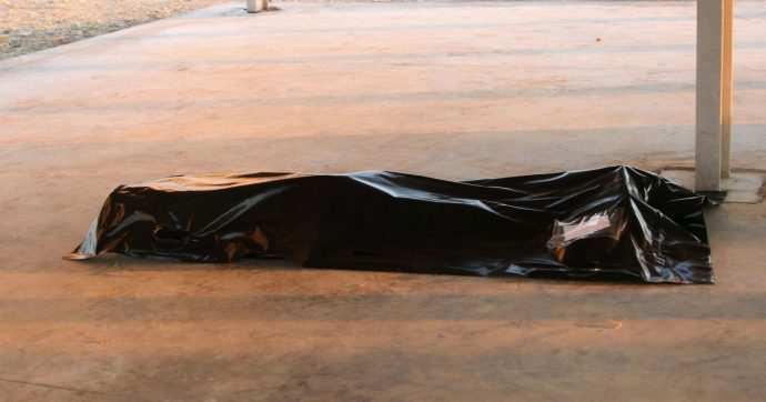 Migranti, proseguono le ricerche dopo il naufragio davanti alla Libia. Unhcr: 'Almeno 115 morti'. Tripoli: 'Decine di corpi recuperati'