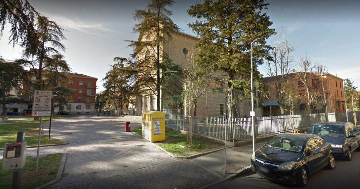 Parma, gruppo di ragazzini fa irruzione in chiesa lancia biciclette sull'altare: prete costretto a interrompere la messa - Il Fatto Quotidiano