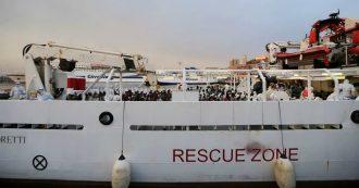 """Migranti, nave Guardia Costiera in porto ad Augusta: ma i 131 migranti a bordo non sbarcano. Toninelli: """"Ue risponda"""""""