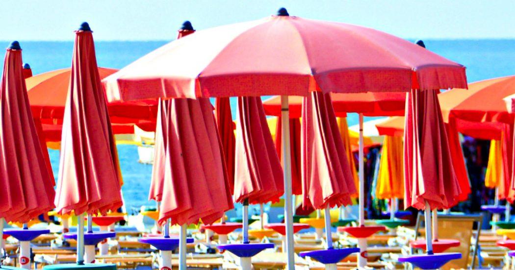 """Ombrelloni a 5 metri, prenotazione obbligatoria e regole ferree anche per spiagge libere. Balneari: """"Distanze inapplicabili, rischio chiusura"""""""