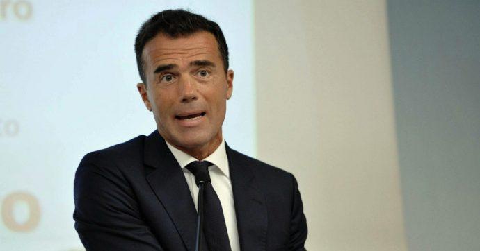 """Gozi, Di Maio: """"Sarà consigliere di Macron? Valutare se togliergli la cittadinanza"""". Calenda: """"Fatto grave"""". E lui: """"Siamo caduti in basso"""""""