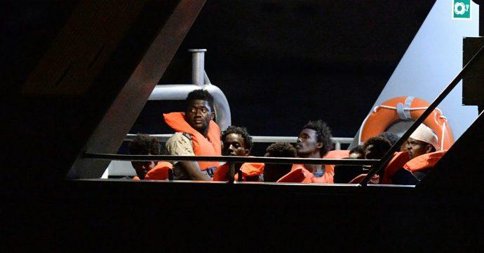 """Migranti, la Alan Kurdi salva 40 migranti al largo delle coste libiche. Salvini firma il divieto d'ingresso: """"Vadano in Tunisia"""""""