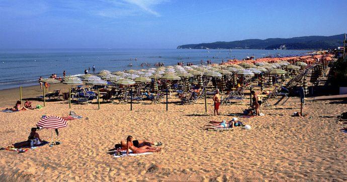 """Puglia, il Tar blocca il provvedimento che vieta la plastica usa e getta in spiaggia: """"Illegittimo"""""""