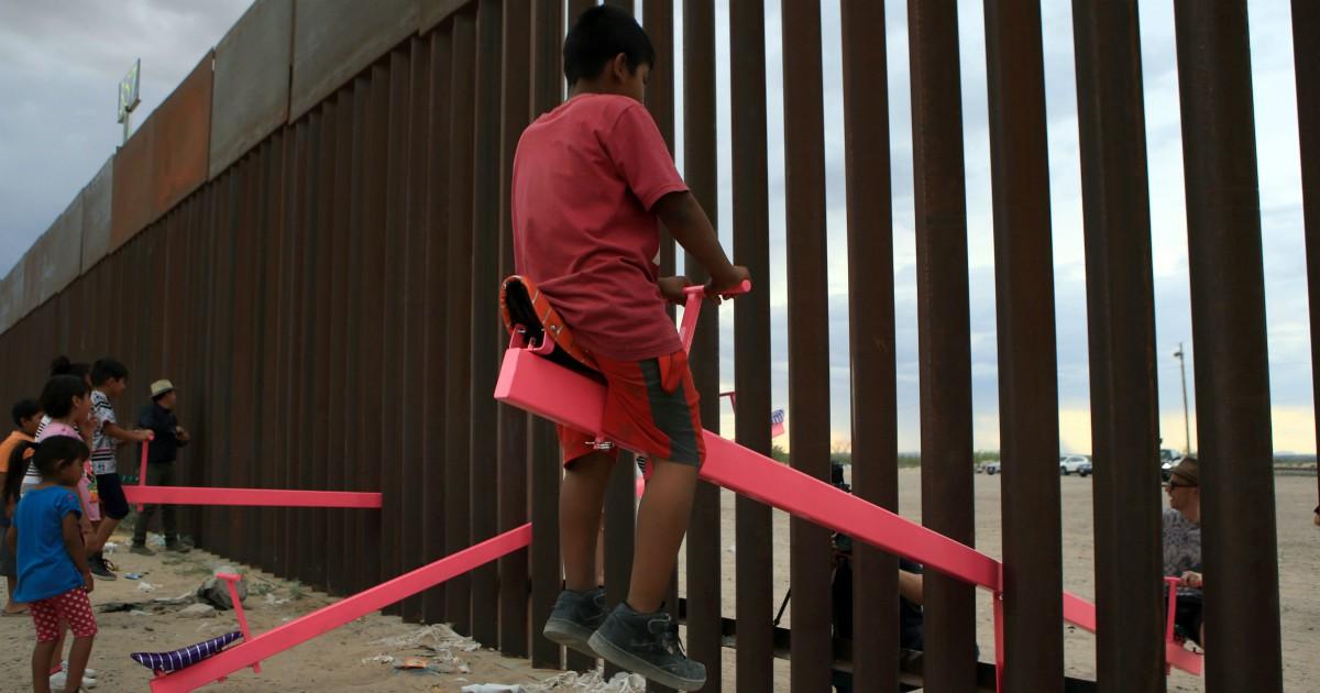 Altalene nel muro Usa-Messico, nessuno nasce odiando. Serve giocare per salvare il mondo
