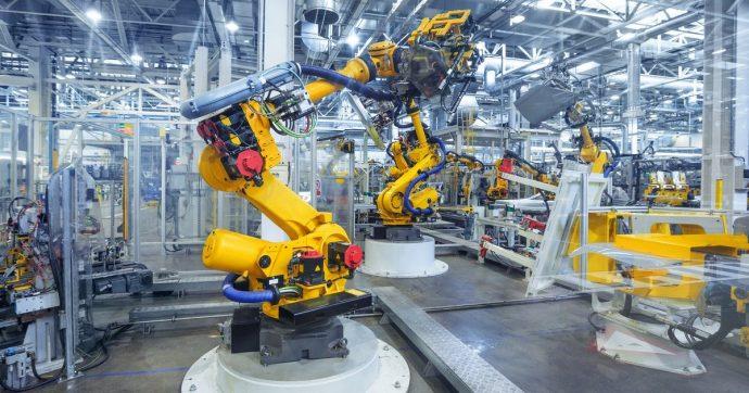 Officina industriale 2.0 con i robot intelligenti capaci di collaborare e gestire eventi imprevisti