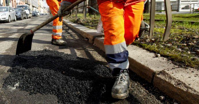 Reggio Emilia, operaio comunale prende a badilate il collega: denunciato