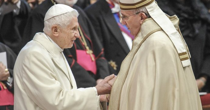 Extra omnes, i retroscena inediti dei conclavi 2005 e 2013: dal voto a 'Bertoglio' al sondaggio su Ratzinger fino agli interessi calcistici