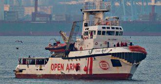 """Migranti, Open Arms soccorre 124 persone e cerca porto sicuro: """"Stiamo navigando quasi in stand-by"""". Divieto d'ingresso dal Viminale"""