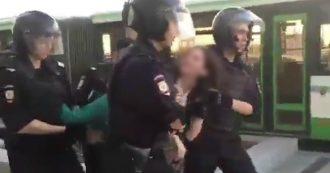 Russia, legge la Costituzione davanti ai poliziotti: arrestata la 17enne che contesta Putin