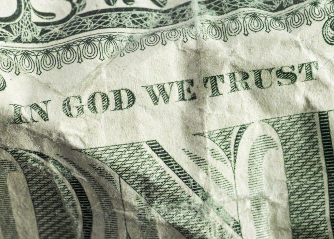 'In God we trust', dicono. Ma si tratta del dio invisibile dell'Occidente