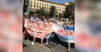 """Campania, la protesta dei navigator senza contratto sotto la Regione: """"De Luca, scendi"""""""