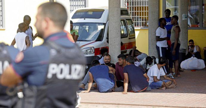 Milano, rivolta dei migranti contro la polizia dopo incendio al Centro di accoglienza di via Aquila: arrestati sette ospiti