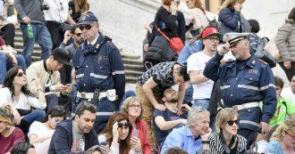 """Roma, guai a sedersi a Trinità dei Monti: il divieto del 2012 diventa permanente. Multe salate anche per i """"lucchetti dell'amore"""""""