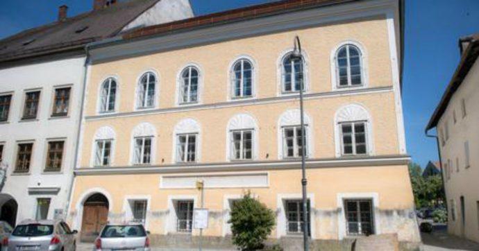 """Troppi nostalgici del nazismo, l'Austria pronta a ristrutturare la casa natale di Adolf Hitler: """"Impediremo i pellegrinaggi qui"""""""
