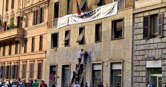 """Casapound, rimossa scritta da sede di Roma. Raggi: """"È solo l'inizio. Ora lo sgombero"""""""