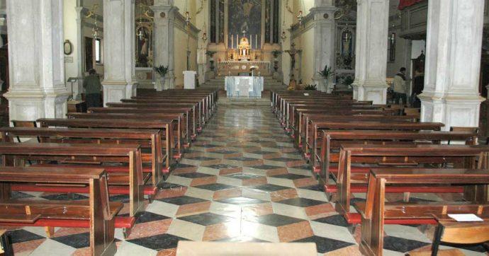 Chiamano un altro prete per il funerale: sacerdote si offende, arriva in chiesa ubriaco e picchia i parenti