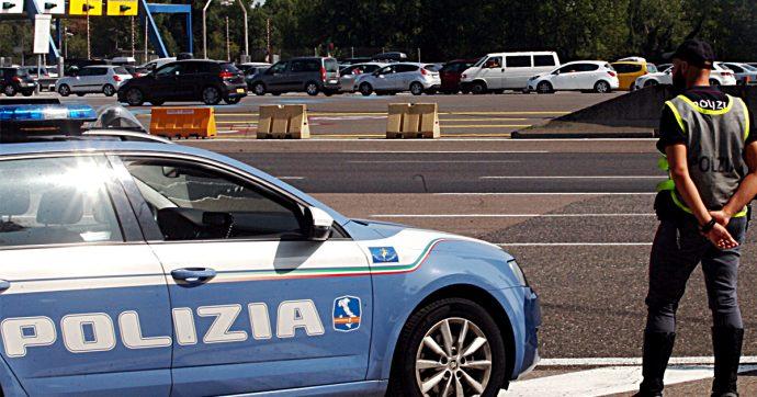 Novara, lanciano da un cavalcavia della A4 massi e tombini di ferro da 8 chili: un arresto e una denuncia