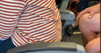 EasyJet, passeggera seduta su un sedile senza schienale a bordo dell'aereo: la foto scatena le polemiche, compagnia chiede di rimuoverla