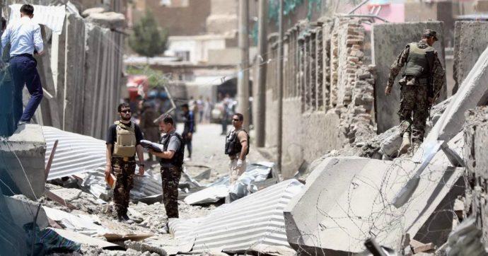 """Afghanistan, autobomba esplode a Kabul: almeno 14 morti e 145 feriti. Taliban rivendicano: """"Risposta ai raid nemici"""""""