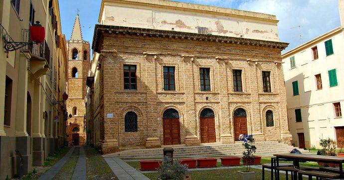 """Alghero, cadde dalle scale del Teatro Civico e morì: due a processo. Il marito della vittima: """"Responsabile è anche il Comune"""""""