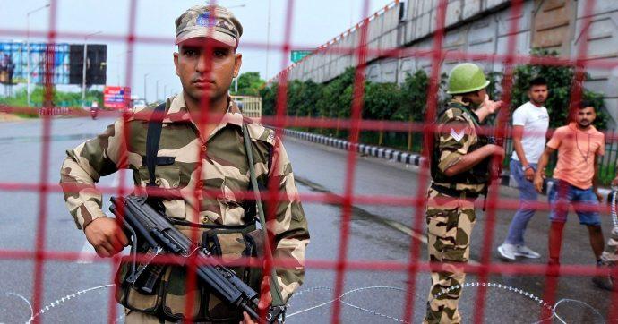 """Kashmir, oltre 500 manifestanti arrestati. Pakistan sospende rapporti diplomatici e il servizio ferroviario. India: """"Affare interno"""""""