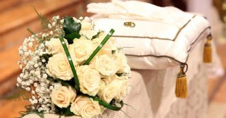 """Wedding planner denunciata per il matrimonio da incubo: """"Cibo scotto, tovaglie sporche e la torta nuziale era di plastica"""""""