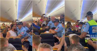 Gli negano il cambio di posto, l'alterco con la hostess finisce con la polizia a bordo