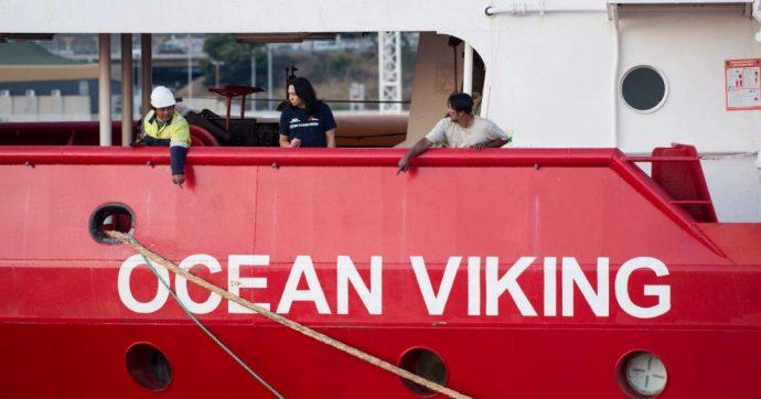 Ocean Viking, autorizzato l'attracco a Porto Empedocle per le cattive condizioni del mare. Quarantena su un'altra nave per i 180 migranti