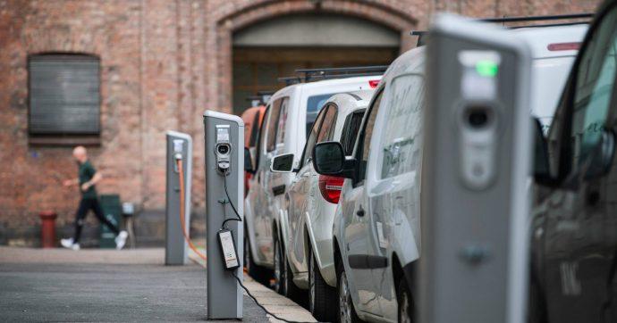 Auto elettriche, sono troppo costose e negli Usa non si vendono. Crolla il prezzo del litio